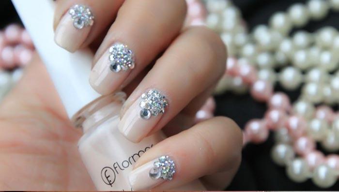 Сверкающие стразы на ногтях