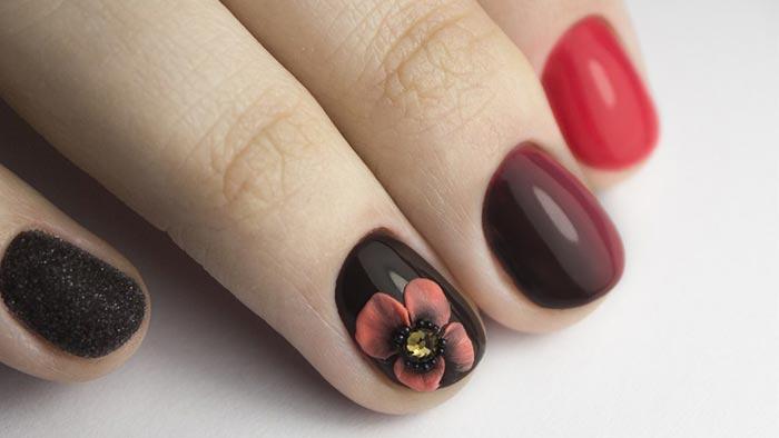 Красные ногти с черным