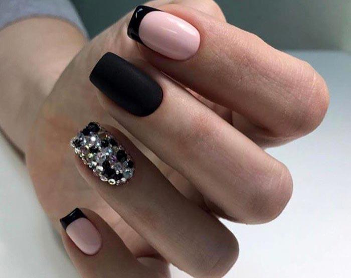Черный френч и стразы на одном ногте