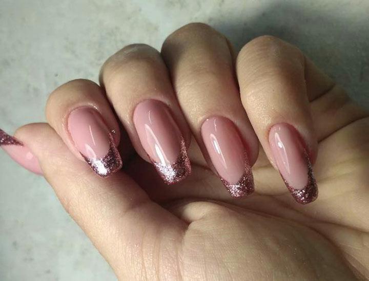 Улыбка блестками на ногтях