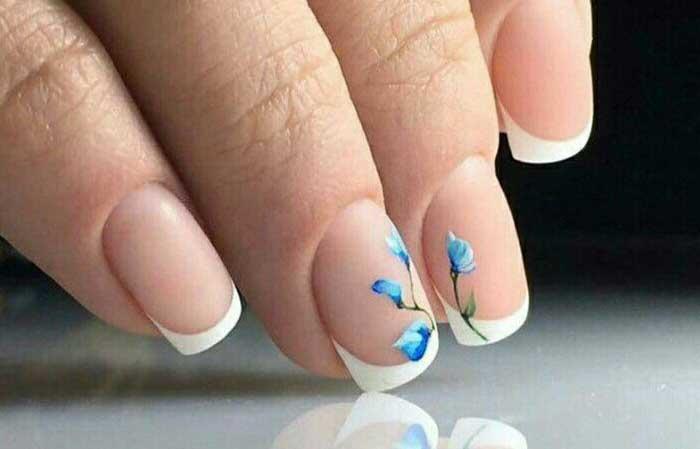 Голубые нежные тонкие цветы на белом френче