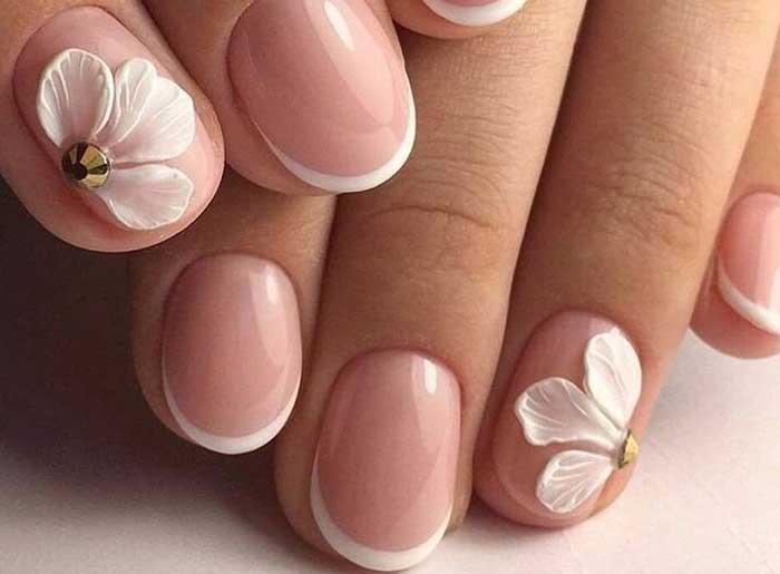 Объемные цветы на коротких ногтях