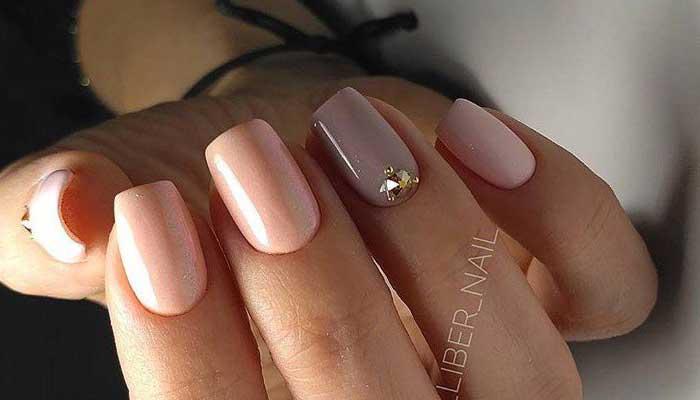 Нежный дизайн ногтей с камушками
