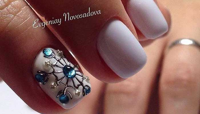 Снежинка на ногтях