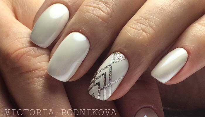 Белый дизайн ногтей с серебром (геометрия)