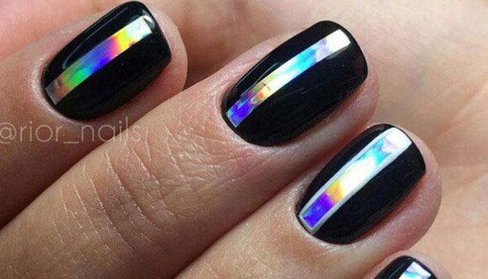 Битое стекло на коротких ногтях