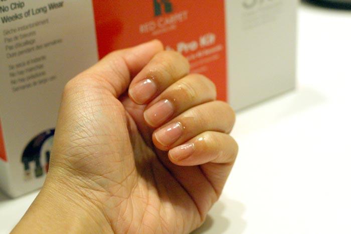 Нанесите масло для кутикулы на ногти и кожу вокруг