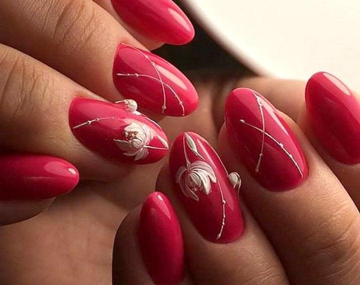 Модный красный цвет ногтей