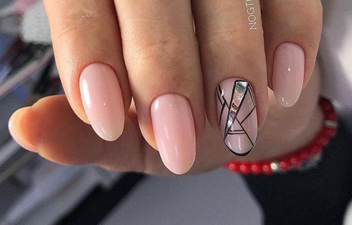 Битое стекло на одном ногтей