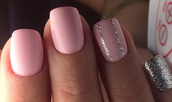 Красивый нежно-розовый маникюр с блестками