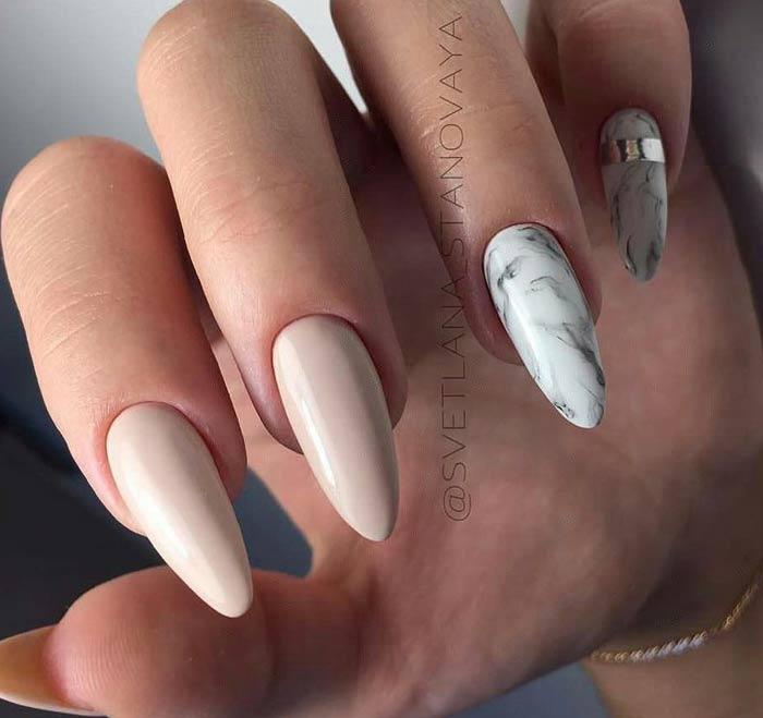 Длинные ногти в пастельных тонах с мраморным дизайном
