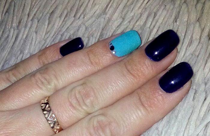 Темно синий с барахтом Изысканный темно-синий маникюр