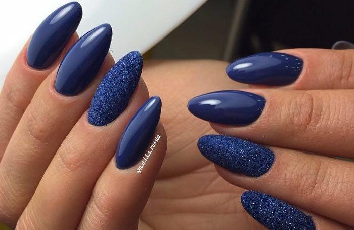Длинные миндалевидные ногти, темно-синий лак