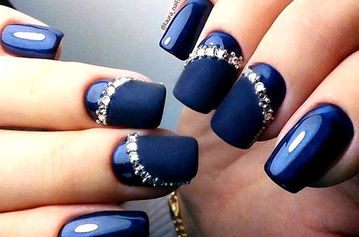 Изысканный темно-синий маникюр