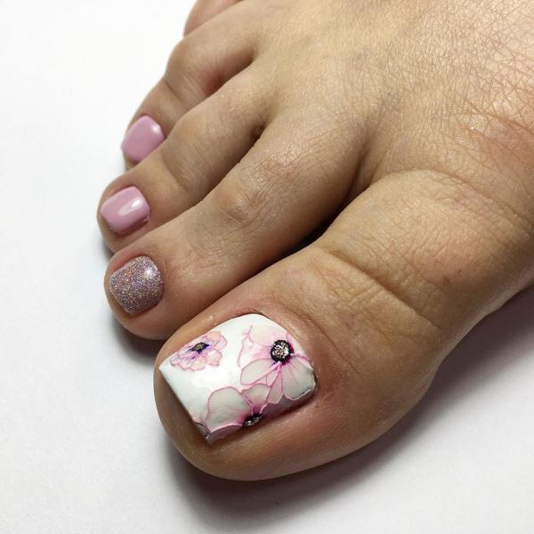 Модный педикюр на короткие ногти в 2021 году